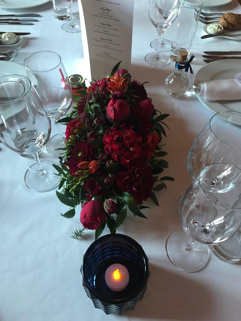Blumendekoration Hochzeitsttisch